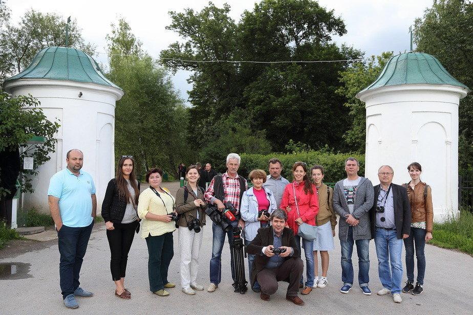 Белорусские и российские представители СМИ у входных ворот в усадьбу Ясная Поляна