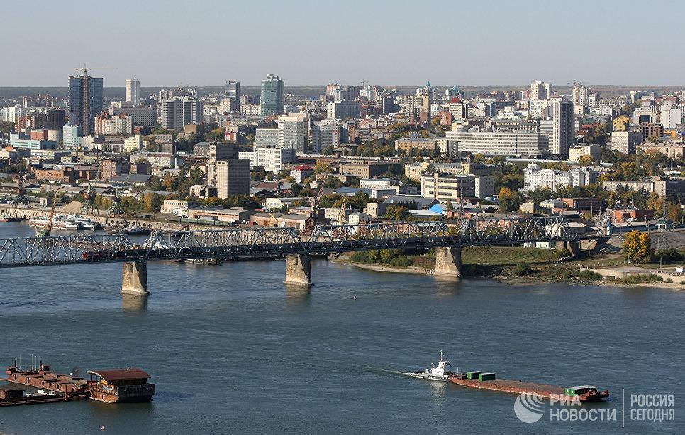 Вид на правый берег Новосибирска и первый железнодорожный мост через реку Обь