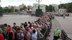 Очередь в храм Христа Спасителя в последний день пребывание в Москве мощей святителя Николая Чудотворца