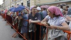 Верующие стоят в очереди к мощам святителя Николая Чудотворца у Свято-Троицкого собора Александро-Невской лавры