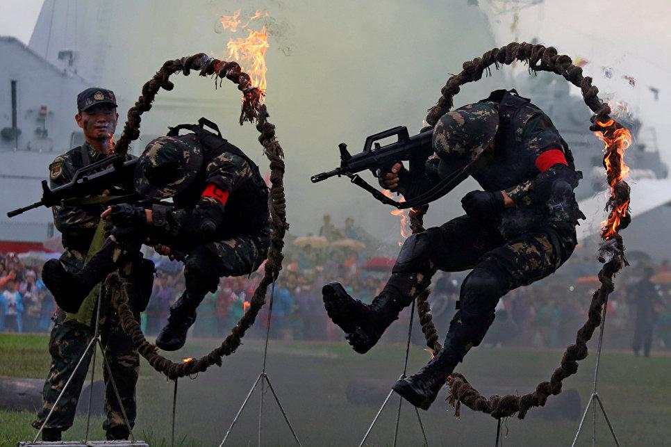 Солдаты Народно-освободительной армии Китая выступают во время Дня открытых дверей на военно-морской базе в Гонконге