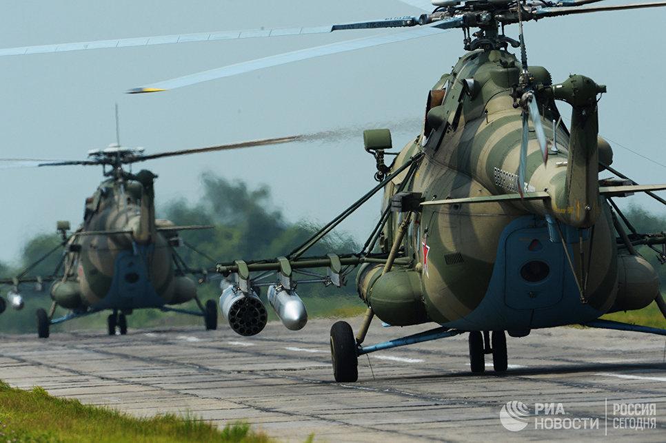 Вертолеты Ми-8 АМТШ во время учений отдельного вертолетного полка на аэродроме Черниговка в Приморском крае