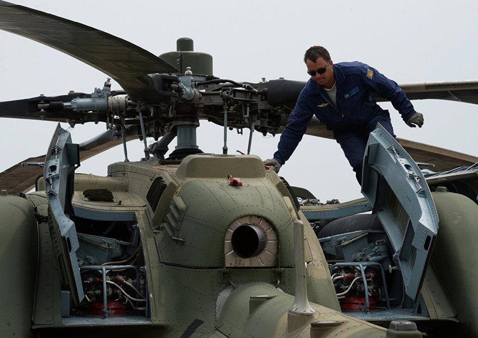 Авиационные специалисты готовят вертолет Ми-28 к полету во время учений отдельного вертолетного полка на аэродроме Черниговка в Приморском крае