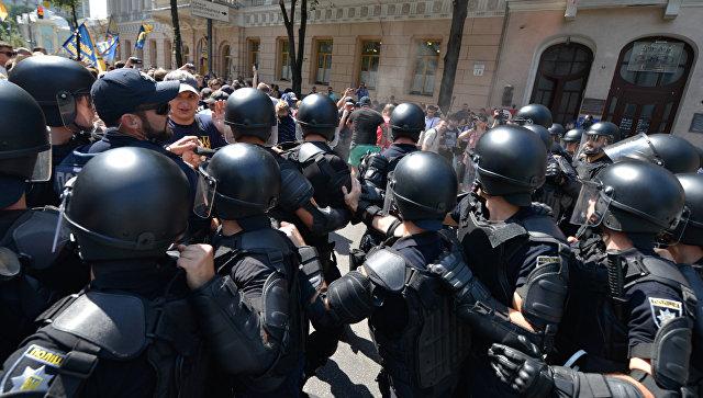 Сотрудники правоохранительных органов у здания Верховной рады Украины в Киеве, где проходит акция протеста против депутатской неприкосновенности. 15 июля 2017