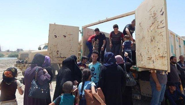Беженцы во время перехода из правой части Мосула в левую