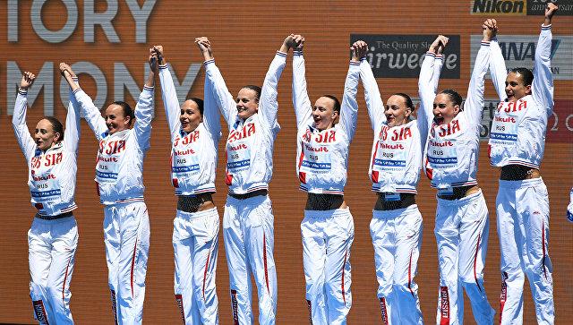 Спортсменки сборной России, завоевавшие золотые медали в групповых соревнованиях по синхронному плаванию на чемпионате мира в Будапеште. 18 июля 2017