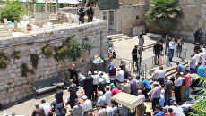 Мусульмане в Иерусалиме протестуют проттв установки металлодетекторов при входе на Храмовую гору.