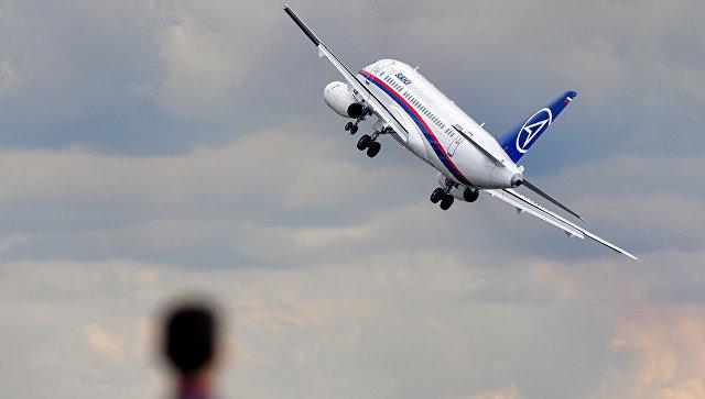 Самолет Sukhoi Superjet 100 во время демонстрационных полетов. Архивное фото