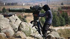 Боец сирийской оппозиции ведет наблюдение за позициями правительственных сил. Архивное фото