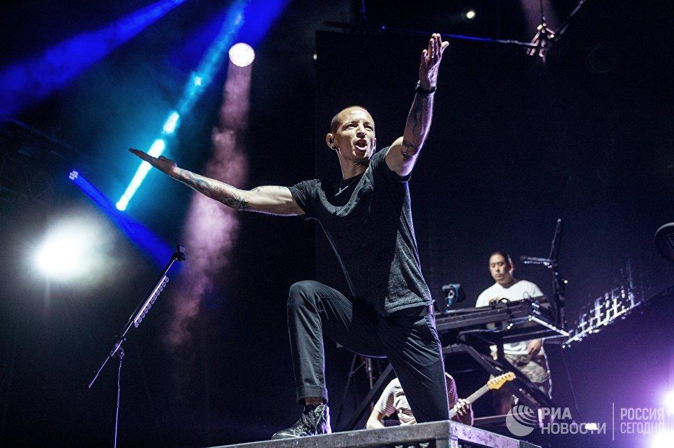 Участник американской группы Linkin Park Честер Беннингтон выступает на сцене СК Олимпийский в Москве