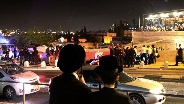 Прохожие наблюдают за действиями полиции в Иерусалиме