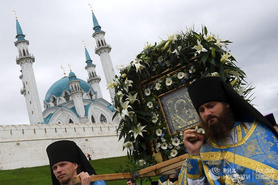Участники крестного хода в праздник явления Казанской иконы Божией матери в Казани