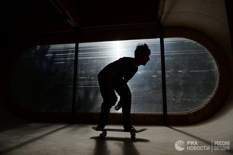 Скейтбордист в доме-рампе на фестивале ландшафтных объектов Архстояние. 22 июля 2017