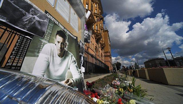 Цветы в память о вокалисте американской группы Linkin Park Честере Беннингтоне у здания посольства США в Москве