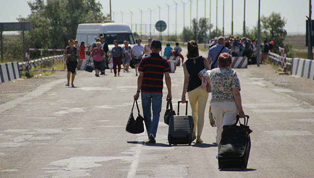 Люди на границе России и Украины. Архивное фото