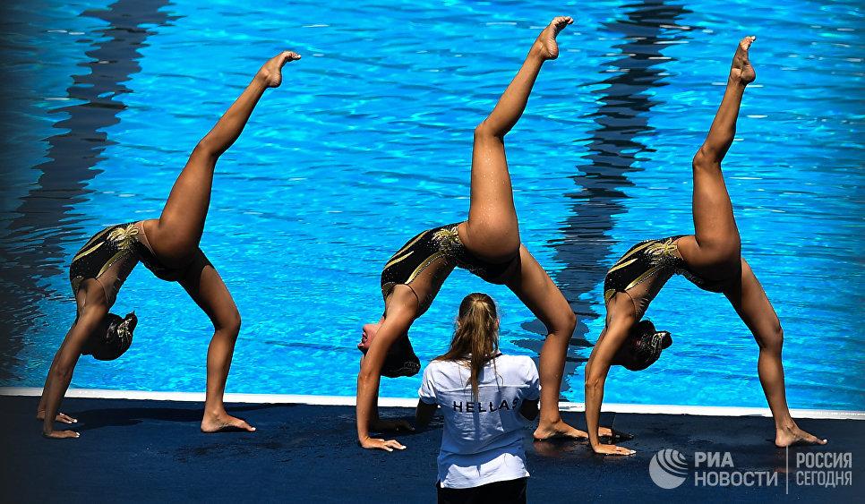 Спортсменки сборной Греции во время разминки в финале технической программы групповых соревнований по синхронному плаванию на чемпионате мира FINA 2017
