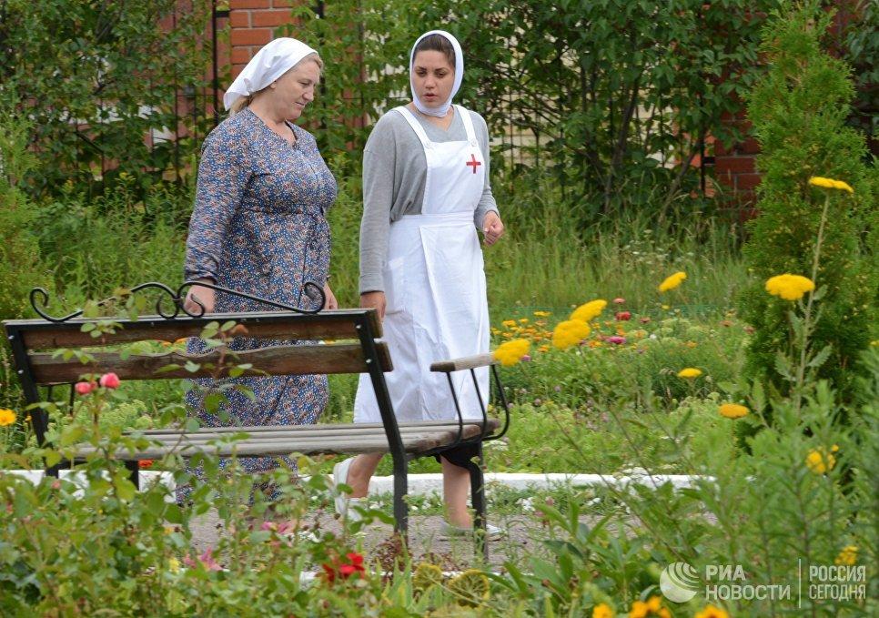 Сестры милосердия во дворе Троицкого храма в Воронежской области