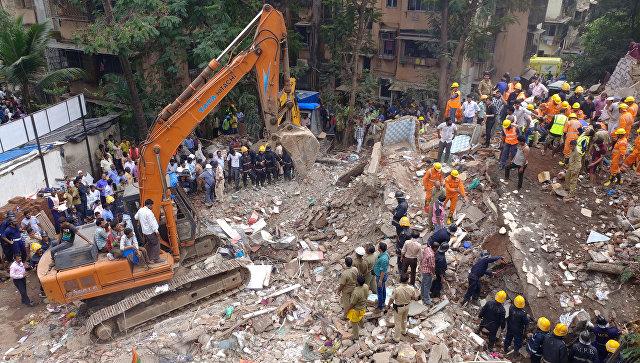 После обрушения дома престарелых вМумбаи под завалами оказались десятки человек