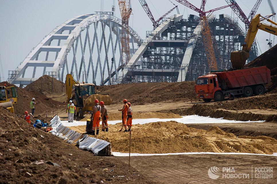 На строительстве автомобильных подходов к мосту через Керченский пролив. 26 июля 2017