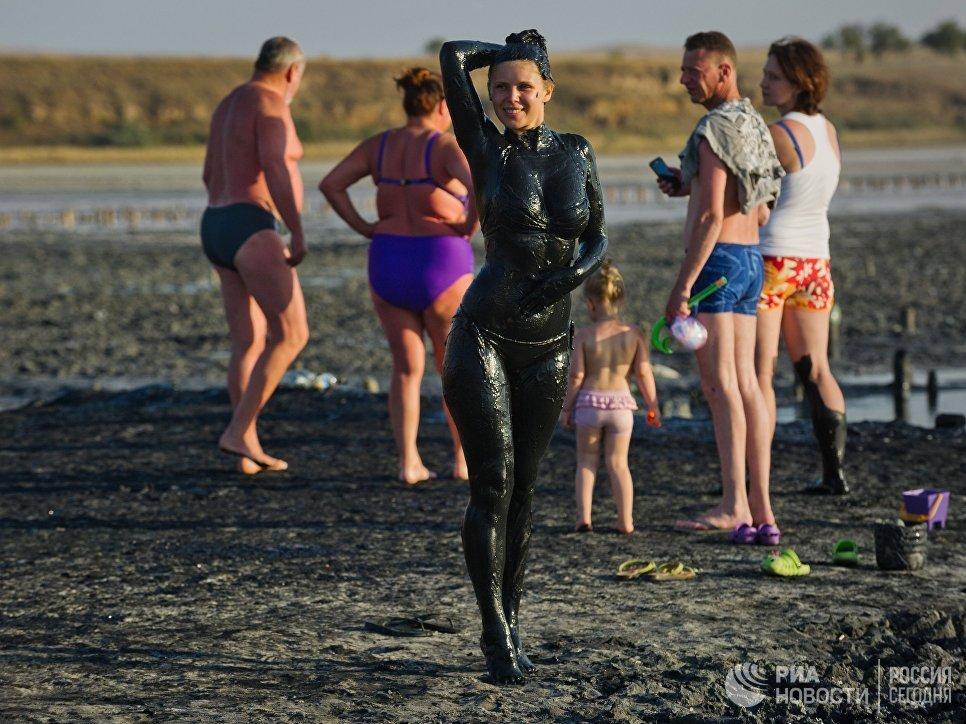 Отдыхающие на Чокракском озере в Крыму