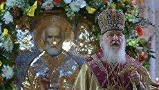 Патриарх Кирилл у ковчега с мощами святителя Николая Чудотворца. Архивное фото