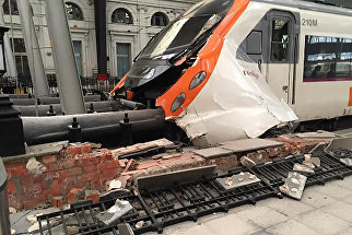 Поврежденный в результате аварии поезд на железнодорожной станции Французский Вокзал в Барселоне