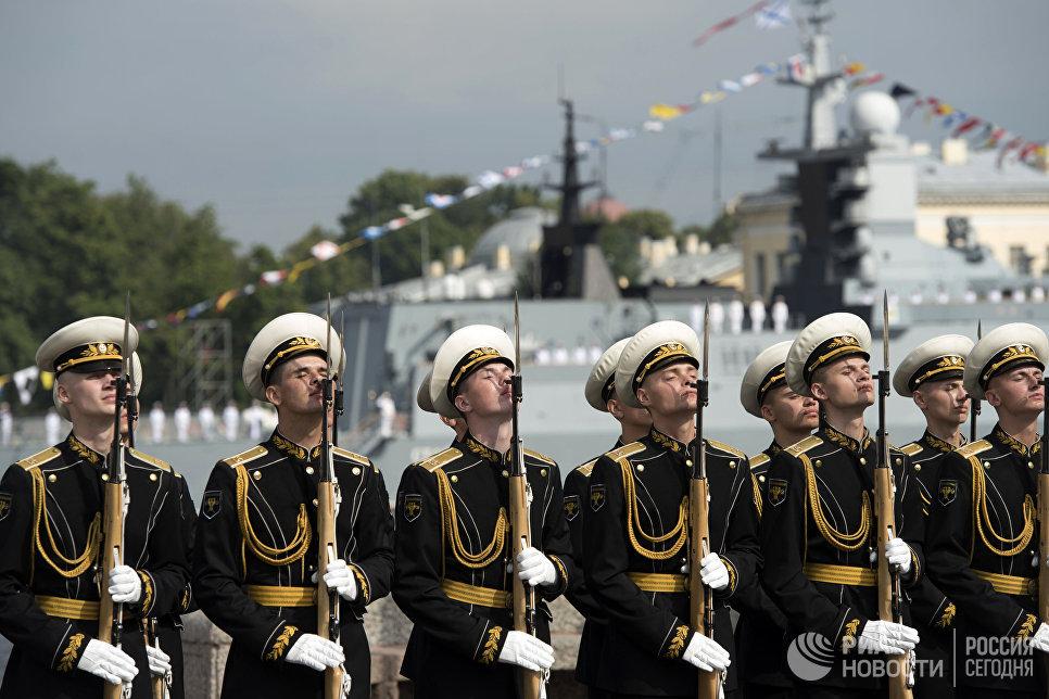 Моряки Балтийского флота во время генеральной репетиции парада, посвященного Дню Военно-Морского Флота. 28 июля 2017