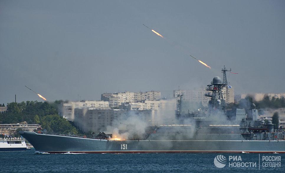 Большой десантный корабль Азов во время генеральной репетиции парада кораблей ко Дню ВМФ в Севастополе