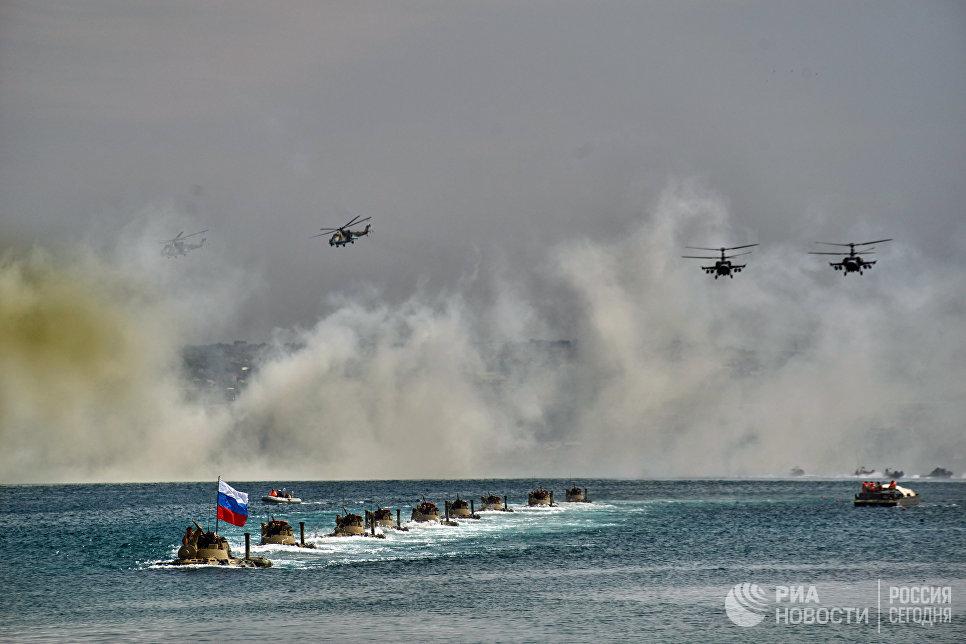 БТР 82А форсируют водную преграду и вертолеты Ка-52 Аллигатор во время генеральной репетиции парада кораблей ко Дню ВМФ в Севастополе