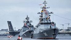 Сторожевой корабль Стойкий и десантный катер проекта 1176 Акула во время парада в честь Дня Военно-Морского Флота России в Санкт-Петербурге. 30 июля 2017