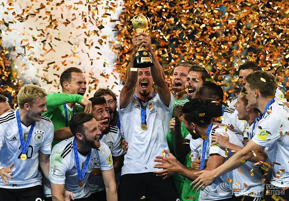Игроки сборной Германии - победители Кубка конфедераций-2017 на церемонии награждения после окончания финального матча между сборными Чили и Германии