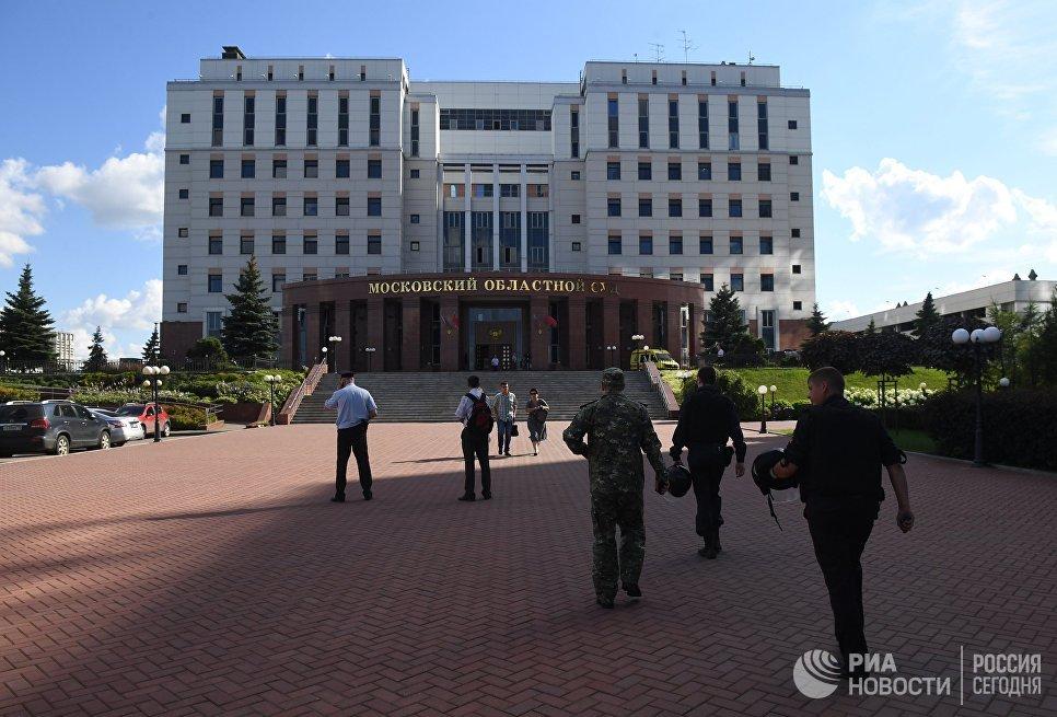Сотрудники полиции у здания Московского областного суда, в котром произошла перестрелка. 1 августа 2017