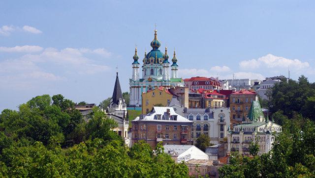 Вид на Андреевскую церковь и начало Андреевского спуска в Киеве, Украина. Архивное фото
