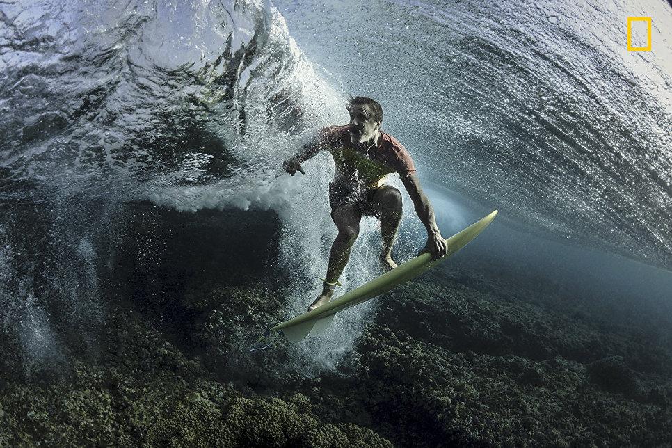 Работа фотографа Rodney Bursiel Under The Wave, занявшая 3-е место в категории Люди в фотоконкурсе 2017 National Geographic Travel Photographer of the Year
