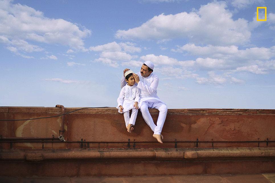 Работа фотографа Jobit George Bridging Generation, получившая поощрительный приз в категории Люди в фотоконкурсе 2017 National Geographic Travel Photographer of the Year