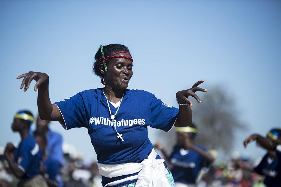 Мозамбикские беженцы исполняют традиционный танец Muchongoyo в Чипинге, Маникаланд, Зимбабве