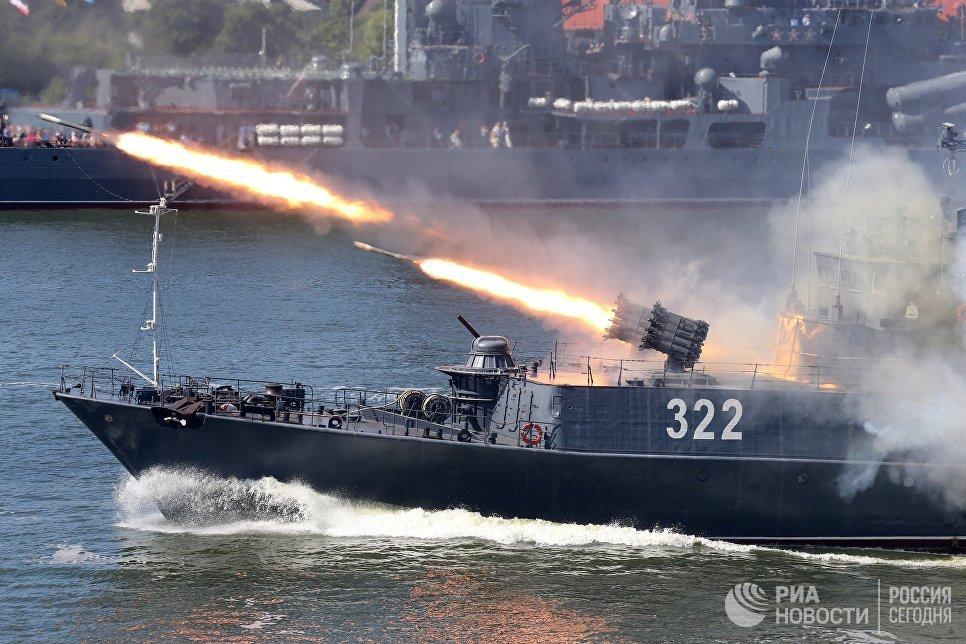 Работа реактивной бомбометной установки РБУ 6000 на малом противолодочном корабле Балтийского флота Кабардино Балкария в День ВМФ