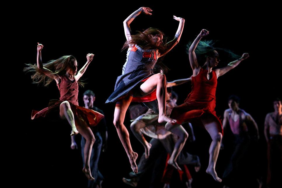 Танцоры на фестивале хореографов в муниципальном театре Сантьяго в Чили