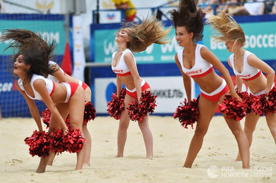 Чирлидерши во время матча третьего этапа Евролиги по пляжному футболу среди мужчин между сборными России и Белоруссии в Москве