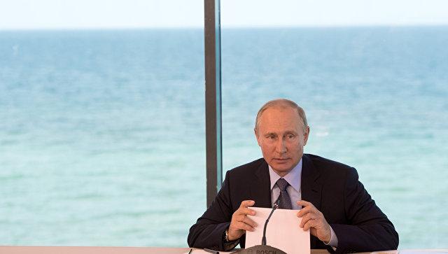 Президент РФ Владимир Путин проводит совещание в поселке Танхой в Байкальском государственном природном биосферном заповеднике. 3 августа 2017