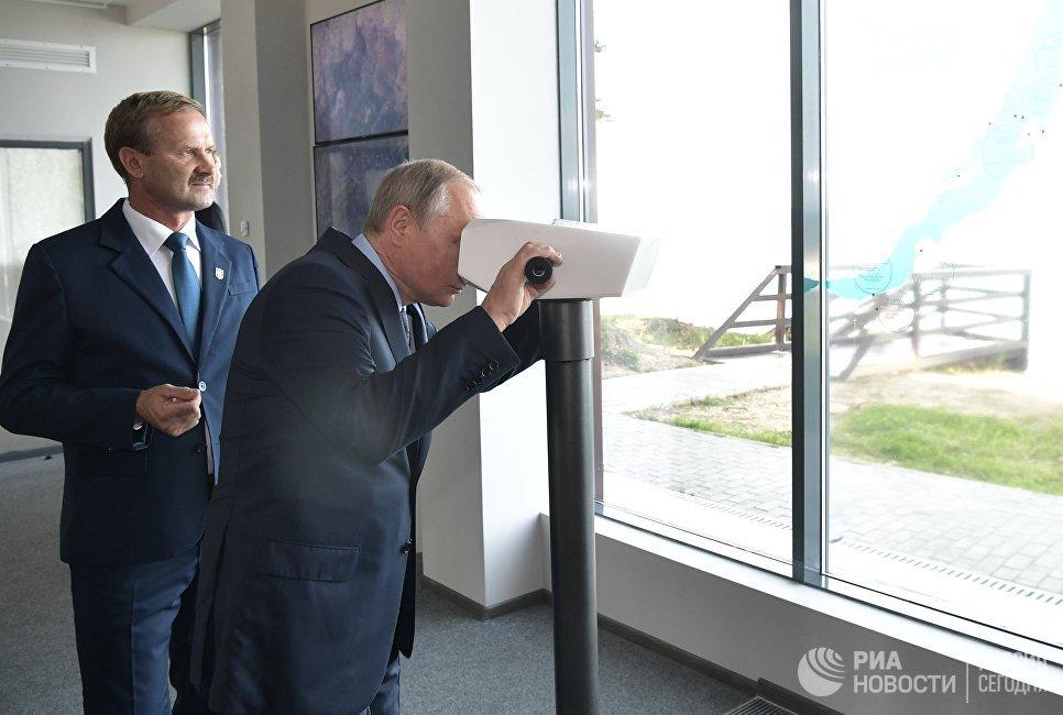 Президент РФ Владимир Путин знакомится с работой визит-центра Байкал заповедный на берегу озера Байкал