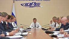 Председатель правительства РФ Дмитрий Медведев во время совещания на площадке судостроительного завода Море в Феодосии. 4 августа 2017