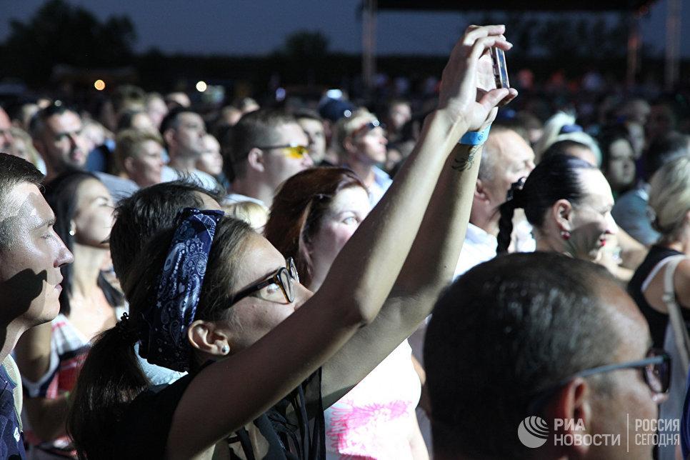 Зрители во время выступления группы СерьГа на концерте в первый день музыкального фестиваля ZBFest