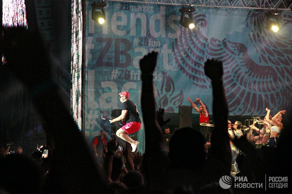 Гитарист группы Ленинград на концерте во второй день музыкального фестиваля ZBFest