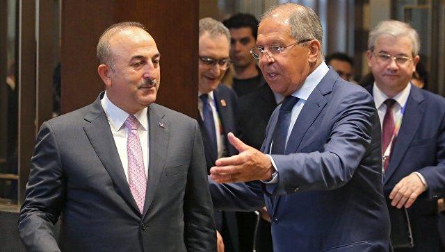 Сергей Лавров и министр иностранных дел Турции Мевлют Чавушоглу во время встречи в Маниле. 6 августа 2017