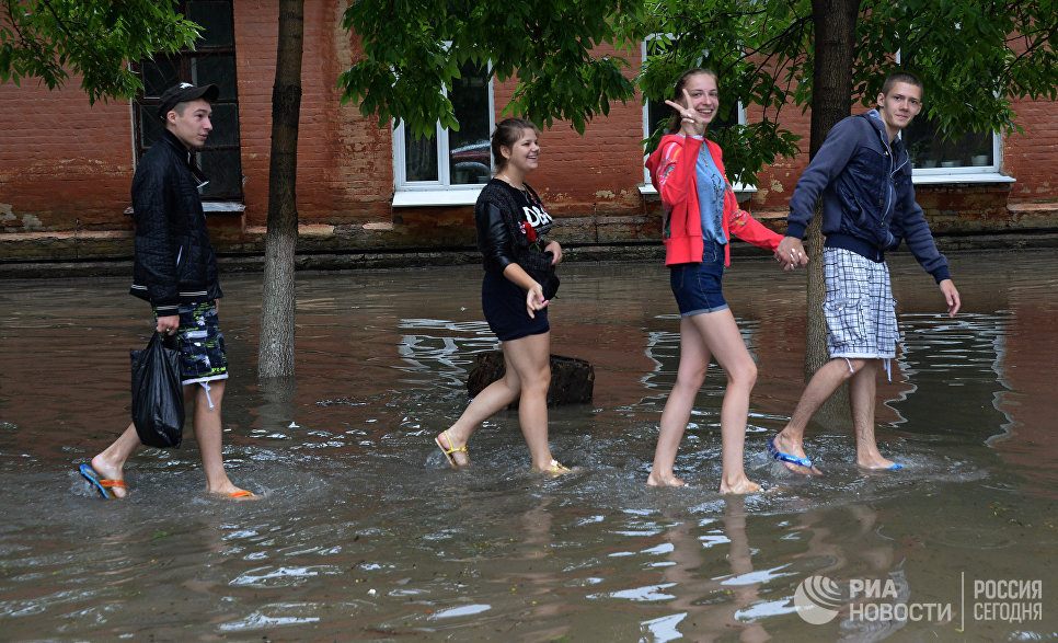 Молодежь на затопленной улице Уссурийска. 7 августа 2017
