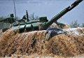 Участники индивидуальной гонки соревнований по танковому биатлону команды министерства обороны Белоруссии Армейских международных Игр-2017 на подмосковном полигоне Алабино