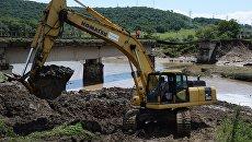 Экскаватор у разрушенного в результате наводнения железнодорожного моста на перегоне Уссурийск - Славянка в Приморском крае. 8 августа 2017