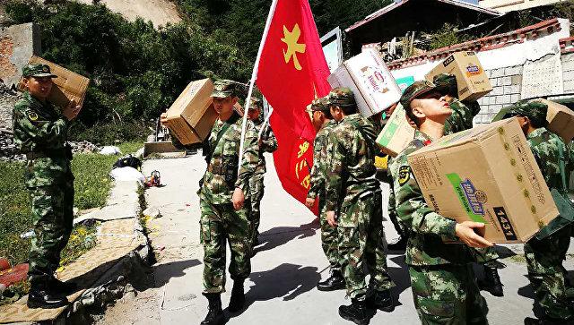 Военные во время перевозки спасательных средств в зону землетрясения, Китай. Архивное фото