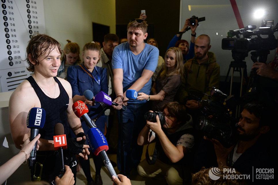 Канатоходец Максим Кагин, прошедший по стропе, натянутой на высоте 126 метров между двумя небоскребами жилого комплекса Чемпион Парк в Екатеринбурге, отвечает на вопросы журналистов